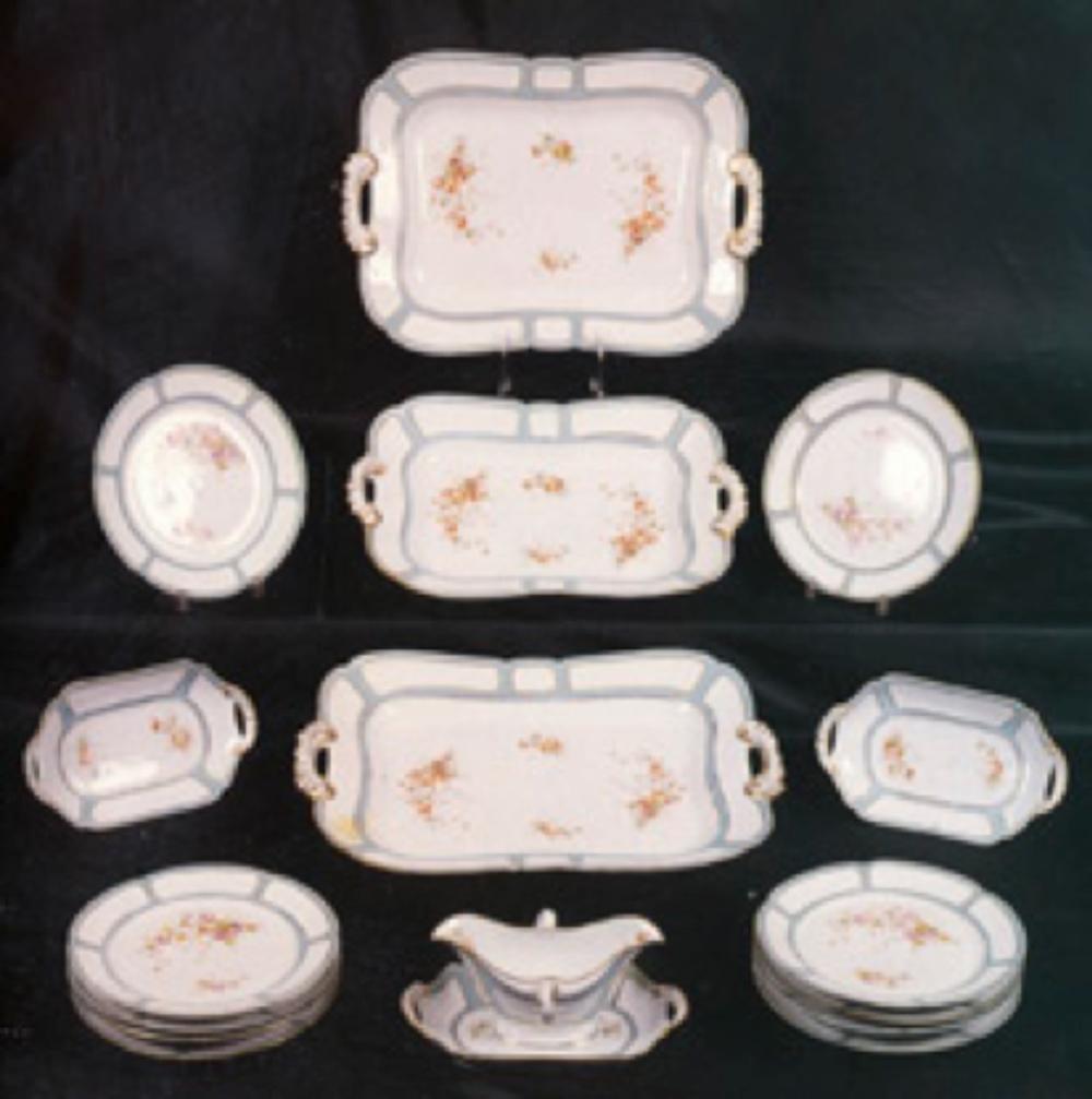 Yıldız imalat damgalı porselen yemek takımı. Takım oniki adet yemek tabağı, iki adet mezelik, bir adet sosier ve üç adet servis tabağından oluşuyor. (Antik A.Ş. Arşivi)