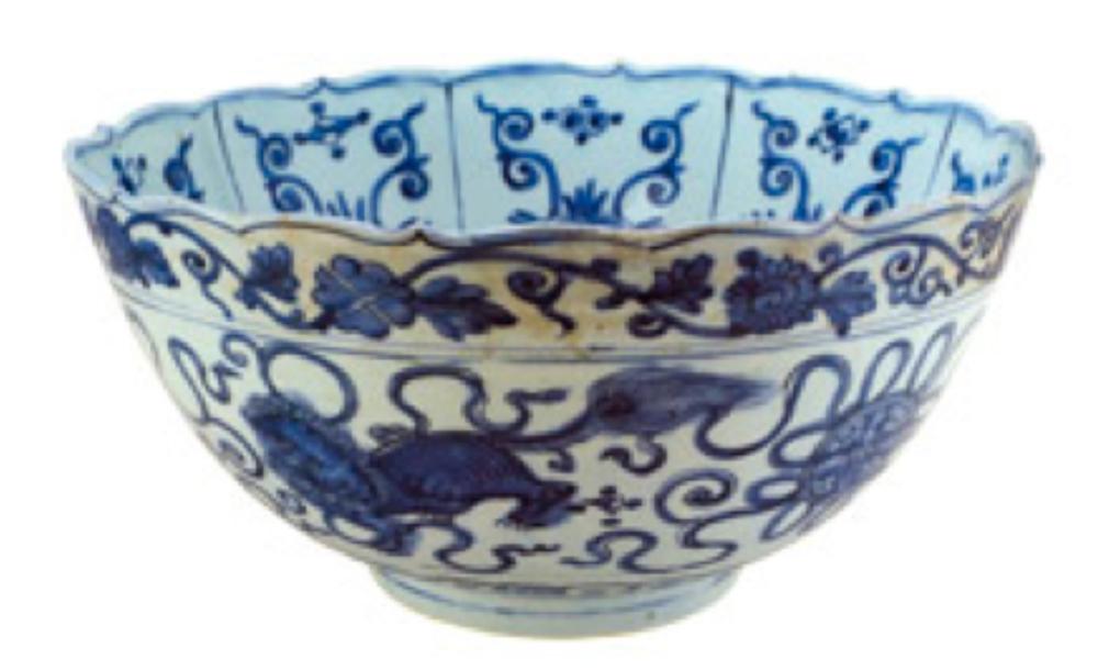 Mavi-beyaz kase, Ming Hanedanı, 16. yüzyıl sonu. Ortasında lotus, önünde bir turna kuşu, kenarında bir lotus bordürü, ağızda ise daga motifleriyle bezelidir.