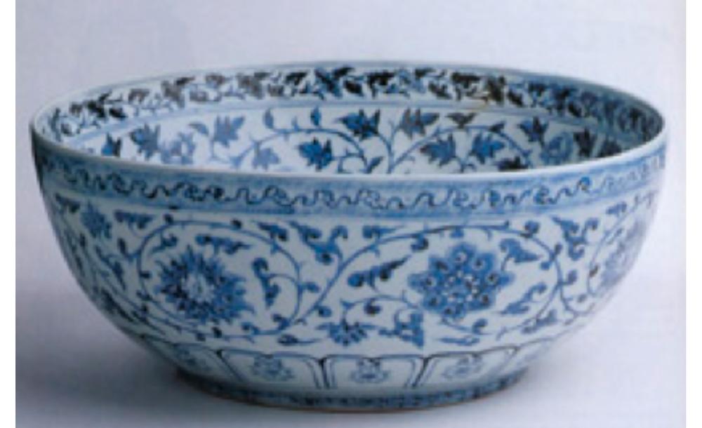 Mavi-beyaz kase, Ming Hanedanı, 1400, Ortasında bambu ve lingzhi, kenarında şakayıklarla süslenmiştir.