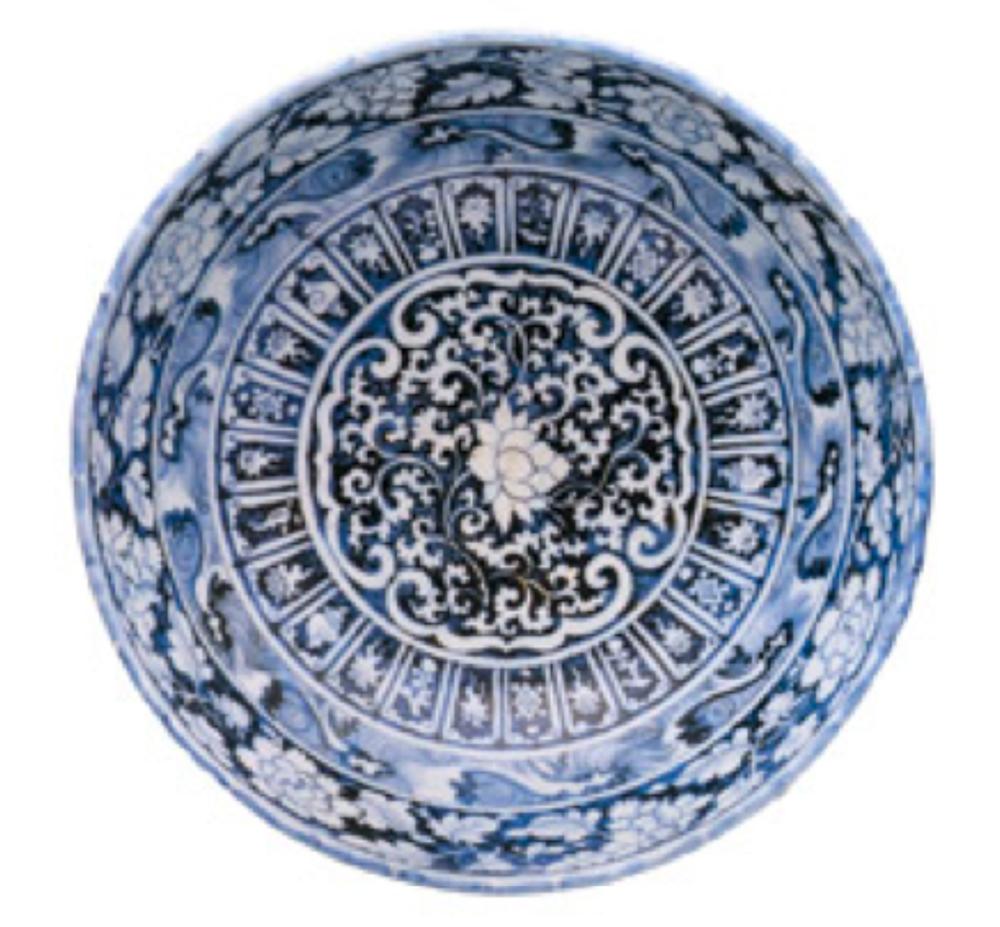 Mavi-beyaz kase. Yuan Hanedanı, 14. yüzyıl ortaları. Ortasında lotus ve bitkisel bezemeli madalyonun çevresinde üç bordür bulunur. İçteki kartuşlar içinde lighzi ve deniz kabukluları motifleri, ortadaki dalgalar, dıştaki ise şakayıklarla bezelidir. Kasenin dışı geniş bir lotus bordürü ve diğer çiçek bordürleriyle süslenmiştir