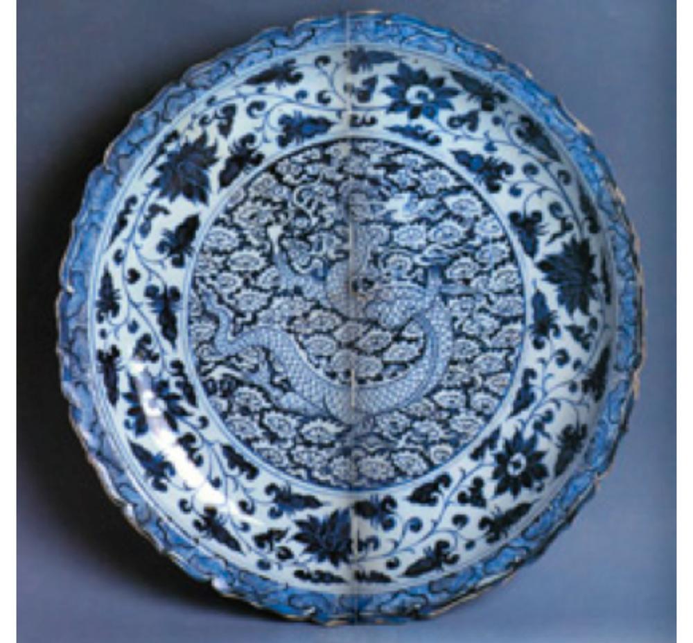 Mavi-beyaz tabak, Yuan Hanedanı, 14. yüzyıl ortaları. Ortasında bulut motifleri arasında bir ejder, kenarında lotus bordürü, ağızda ise dalga motifleriyle bezelidir.