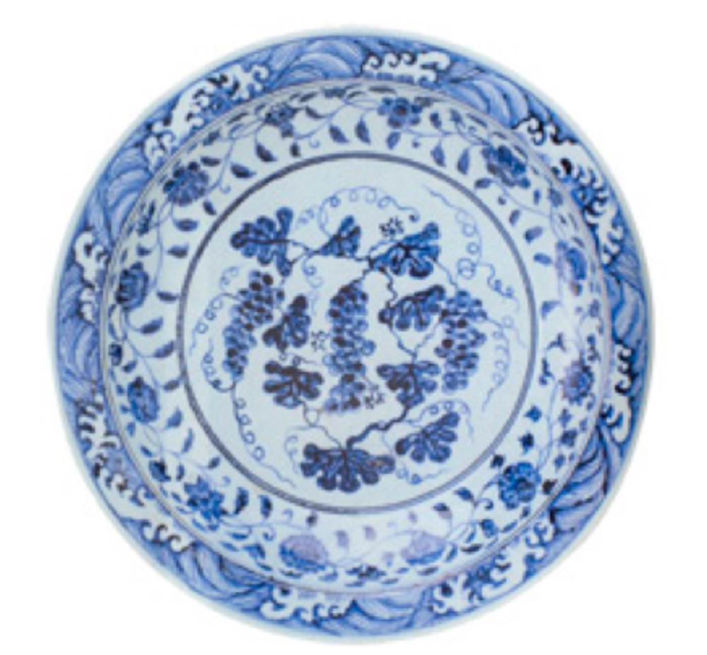 Mavi-beyaz tabak, Ming Hanedanı, 15. Yüzyıl başı. Ortasında üç üzüm salkımı, kenarında değişik çiçeklerden oluşan bir bordür, ağızda dalga bordürü ile bezenmiştir. Üzüm desenleri İznik seramiklerinde de sevilerek kullanılmıştır.