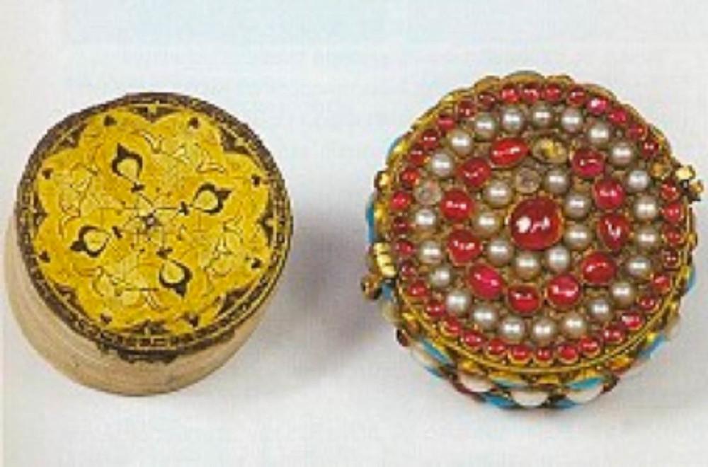 9- Resim 2/2088-2089-Sancak Kur'anı kabı, İran etkili Osmanlı, 16.yüzyıl çap 4.5 cm
