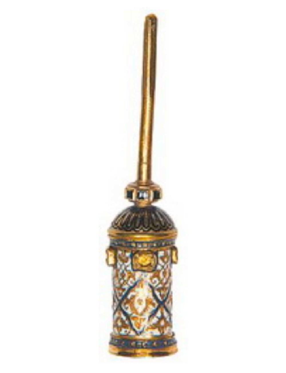 Altın yelpaze sapı, 16 yy sonu 17 yy başı, Osmanlı, uzunluk: 12 cm T.S.M. 2/5257 Altın üzerine mineli ve zümrütlü. Dört büyük taş yuvası boştur. Altın çubuğun ince boyutu ve yuvanın formu, kavut sorgucu yuvası olabileceğini düşündürür.