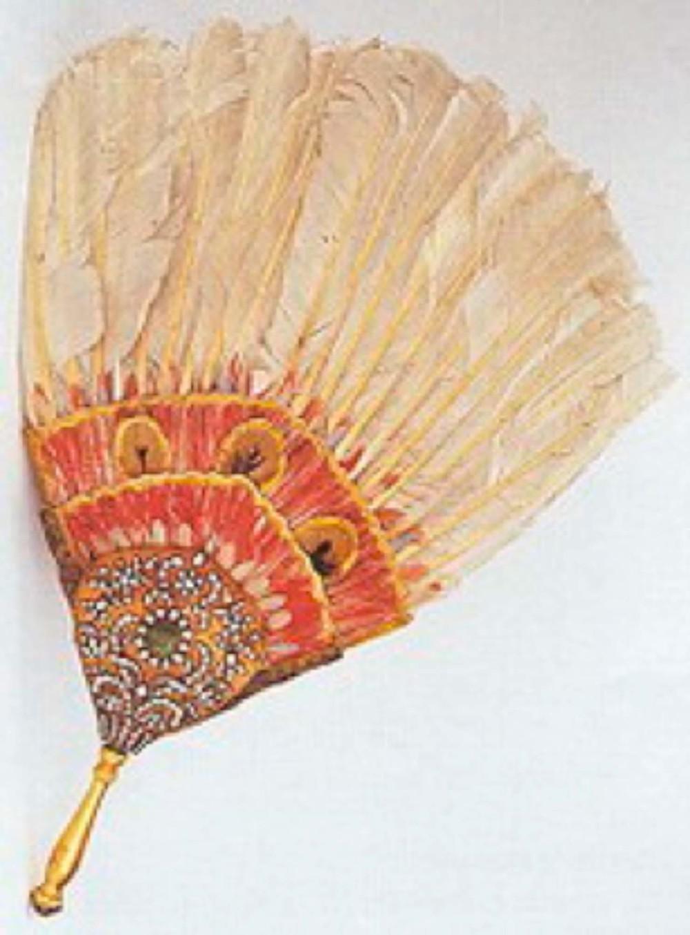 Altın ve mücevherli yelpaze. 18.yüzyıl Osmanlı, sap uzunluğu: 26 cm, T.S.M. 2/3598 İki yüzünde paftalar ve sap altındandır. Ortalarında birer zebercet olan paftalar ve sap tepesi elmaslarla bezeli. Rüzgarlığı kaz tüyünden.