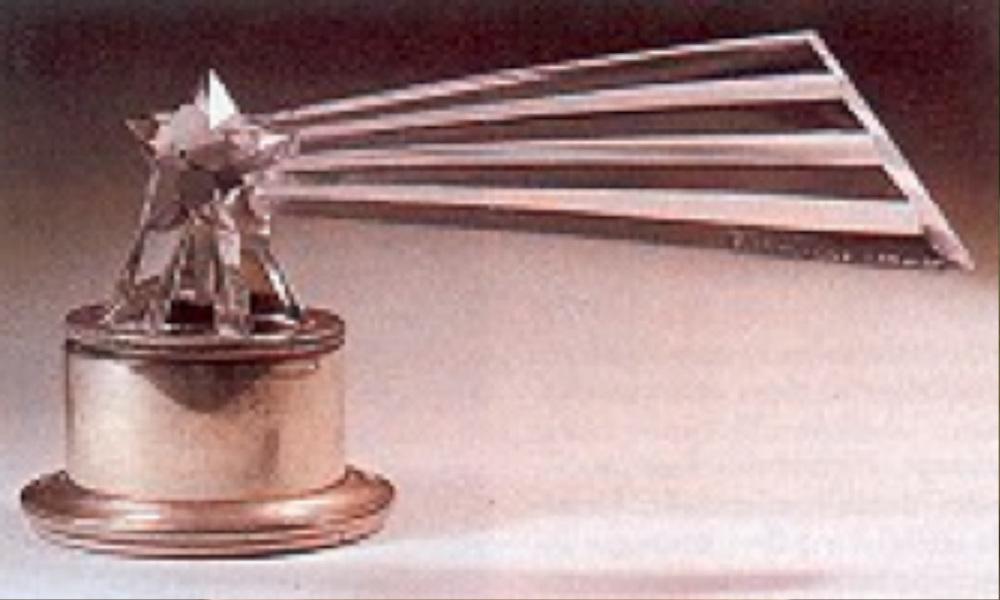 1929 yılında ilk tasarlanmış olan araba maskotu kuyruklu yıldız formundadır. Bunlar aynı zamanda kağıt ağırlığı olarak da kullanılabiliyor.