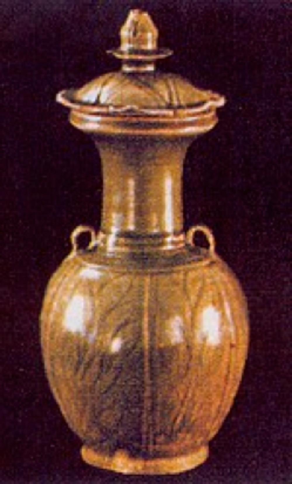 """10. yüzyıl """"Yüeh"""" seladon vazo. Amerikalı Han Devri araştırmacısı Bertold Laufer'in """"protoporselen"""" olarak adlandırdığı 23,3 cm yüksekliğinde, sırrı kutsal yeşim taşının rengini andırıyor (Siegel koleksiyonu)."""
