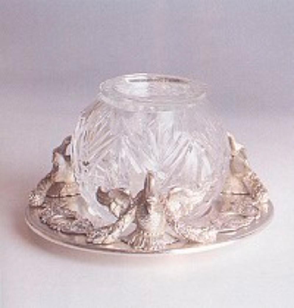 Resim 7. Faberge damgalı havyarlık (19.yy) Tabak çevresindeki süslemeler döküm tekniğiyle üretilmiştir. (Ancien mağazası koleksiyonu)