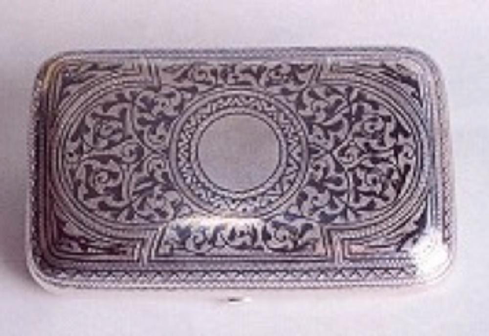 Resim 8. Tütün tabakası (19.yy) Moskova yapımı, 84 zolotniks, A.A. 1894 assay Office damgalı, üreten sanatçı damgası (Ari İstanbulluoğlu koleksiyonu)