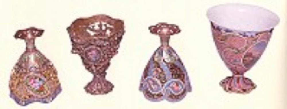 Env. No. 2/2333, mineli, ajurlu, elmaslı. Leon Mazlumyan (1868-1933) üslubu (solda) Env. No. 2/2330 , ç:4cm y:6cm 19.yy. Avrupa, eflatun mine zemine manzara resimli Env. No. 2/2338, ç:4.6cm y:5.6cm 19.yy. Osmanlı, çok renkli mine çiçek desenli, siyah mine yüzeyler ajurlu