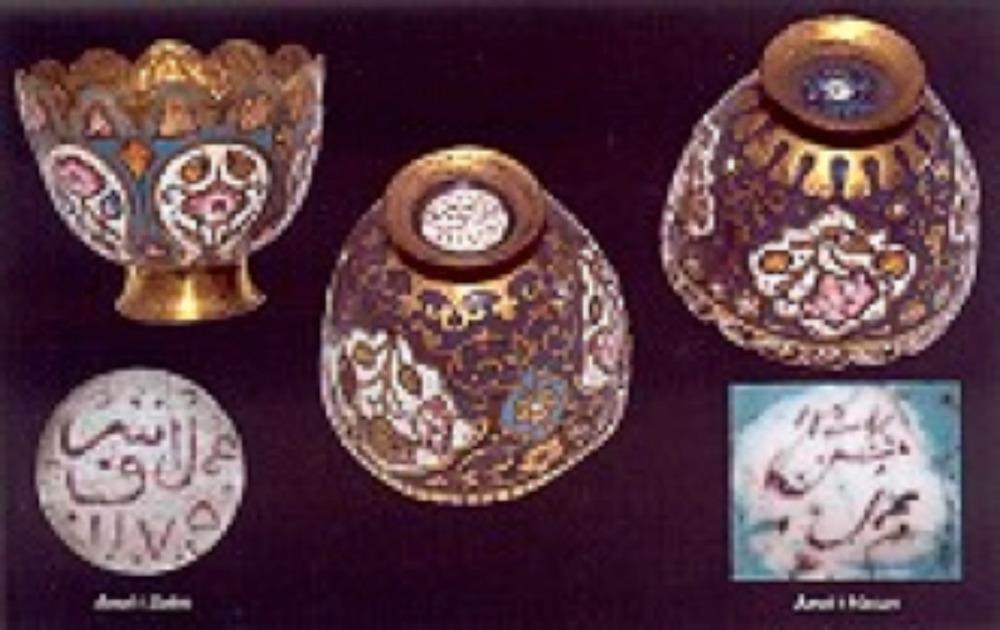 Bakır üzerine soğuk mine bezemeliler : Env. No. 2/6472, ç:4.9cm y:4.2cm., 1147 (1734) tarihli Osmanlı 'Amel-i Hasan' imzalı Env. No. 2/6470, ç:5.2cm y:4.5cm, 1175 (1761) tarihli Osmanlı 'Amel-i Eşref' imzalı Env. No. 2/6471, ç:4.9cm y:4.2cm, 18.yy. ortaları Osmanlı 'Amel-i Hasan' imzalı Çok renkli soğuk mineli bu üç fincan zarfındaki teknik Kayseri işi olarak da adlandırılır.