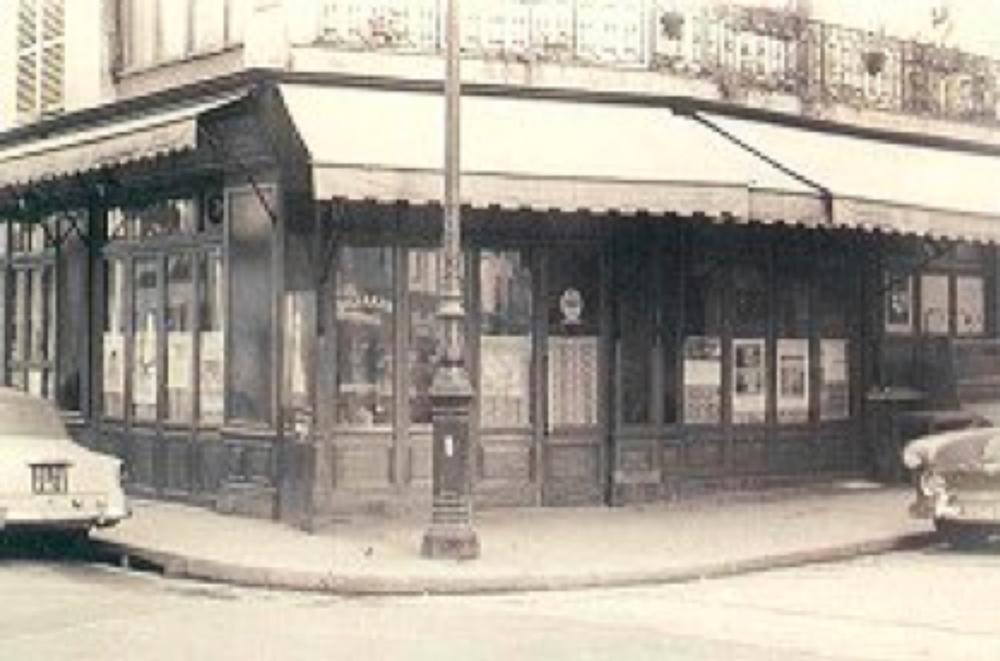 """Çallı'nın Paris'te eğitimi sırasında okuduğu okul ve çalıştığı atölyeye en yakın kahve. Çallı bütün gününü Rue Jacques-Collot sokağındaki bu kafede geçridiği için arkadaşları buraya """"Çallı'nın Meyhanesi"""" adını takmışlardı."""