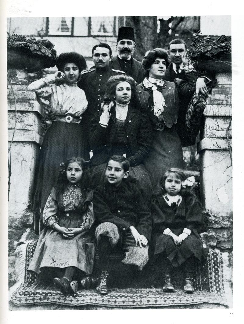 Fahrelnissa Zeid, babası Şakir Paşa, kardeşleri ve annesiyle birlikte.