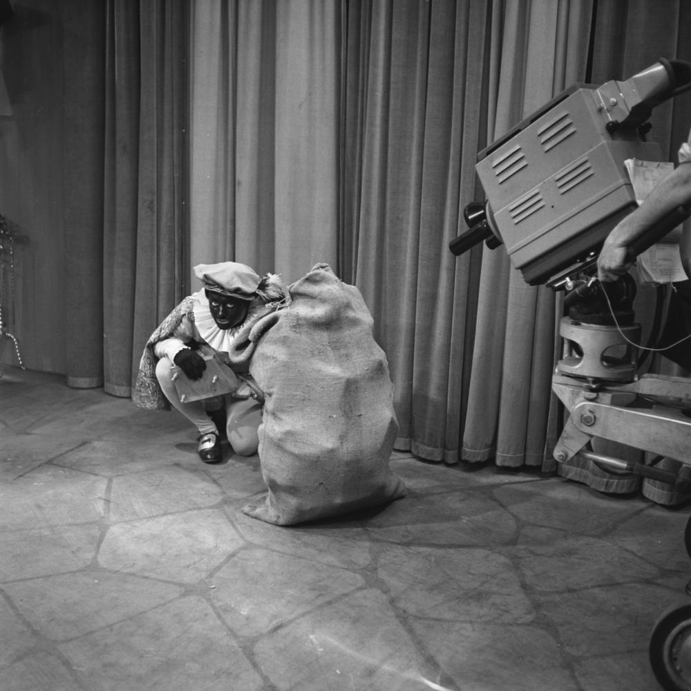 Productiefoto van het kinderprogramma O, kom er es kijken, 4 december 1954. Fotograaf onbekend, Beeld en Geluid.
