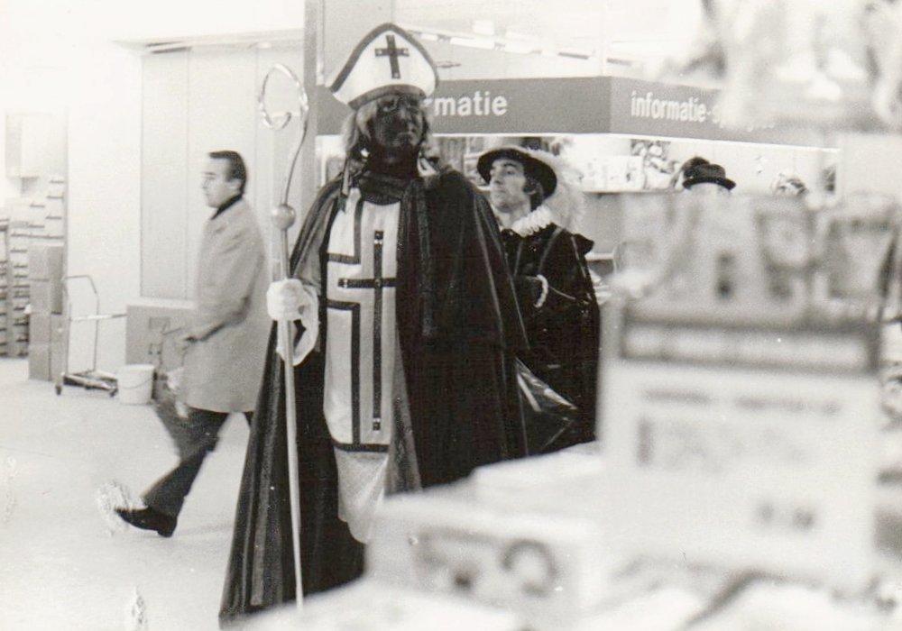 Ursul de Geer als Zwarte Sinterklaas in De Bijenkorf 1970 Het Citaat
