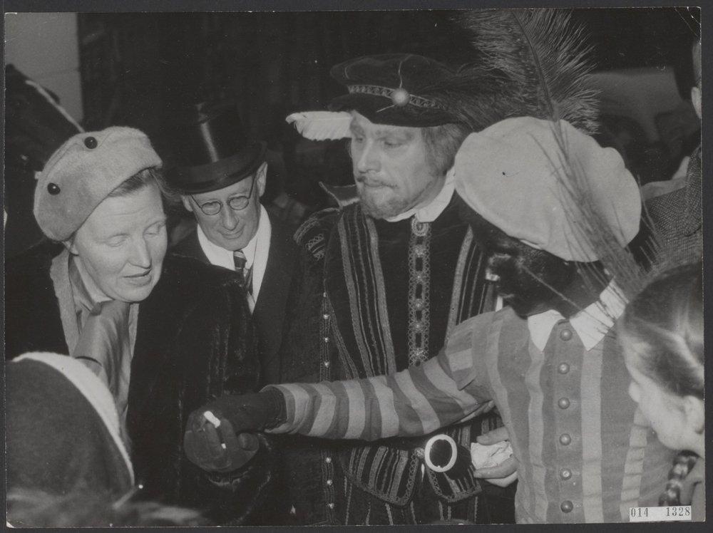Juliana met een Witte en Zwarte Piet, 1953 Het Citaat