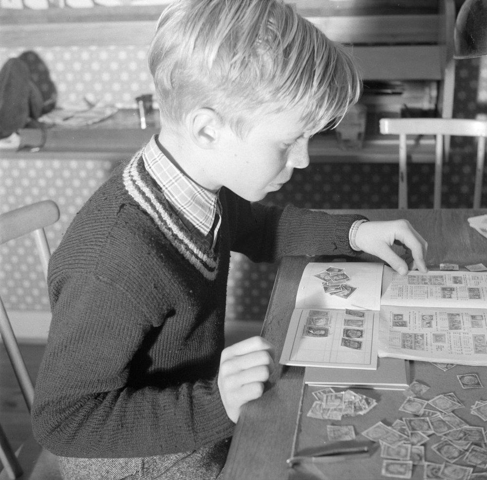 Postzegelverzamelaar, maart 1954, Willem van de Poll, Nationaal Archief licentie CC-BY.