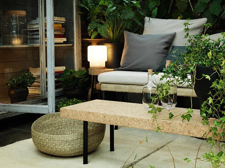 Sinnerlig sofabord og sidebord i kork. Bordet kan også brukes som benk. Fin balanse mellom korken og de svarte bordbeina.