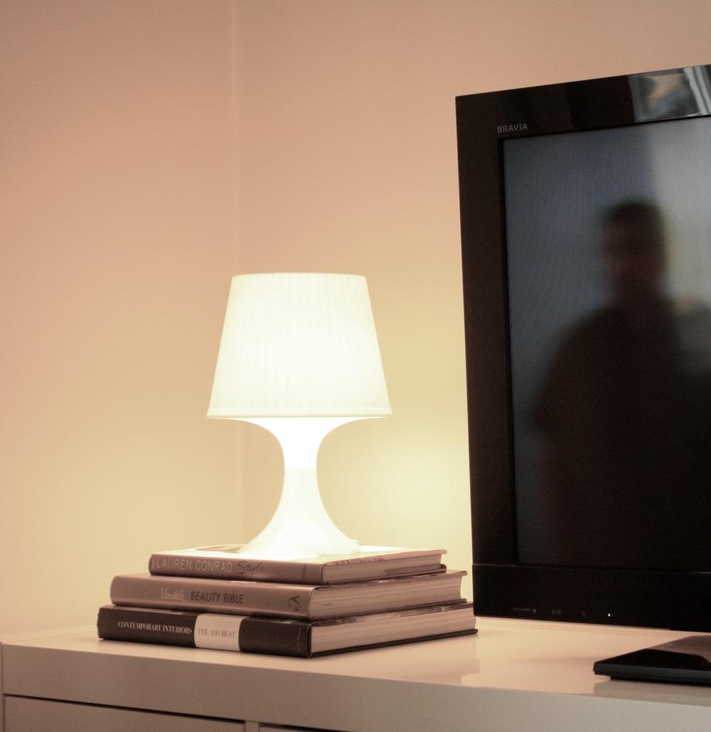 Store gjenstander eller stilleben ved siden av tv'en, demper den store skjermflaten.