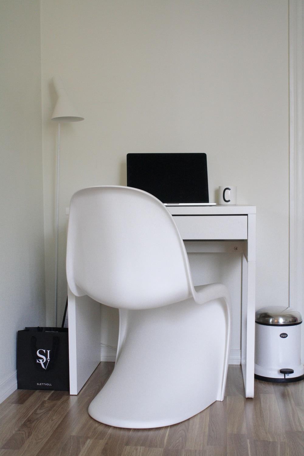 Skrivebord m/oppbevaring fra IKEA,Panton Chair fra Vitra, AJ gulvlampe fra Louis Poulsen,Vipp13 søppelbøtte, AJ bokstavkopp fra Design Letters.