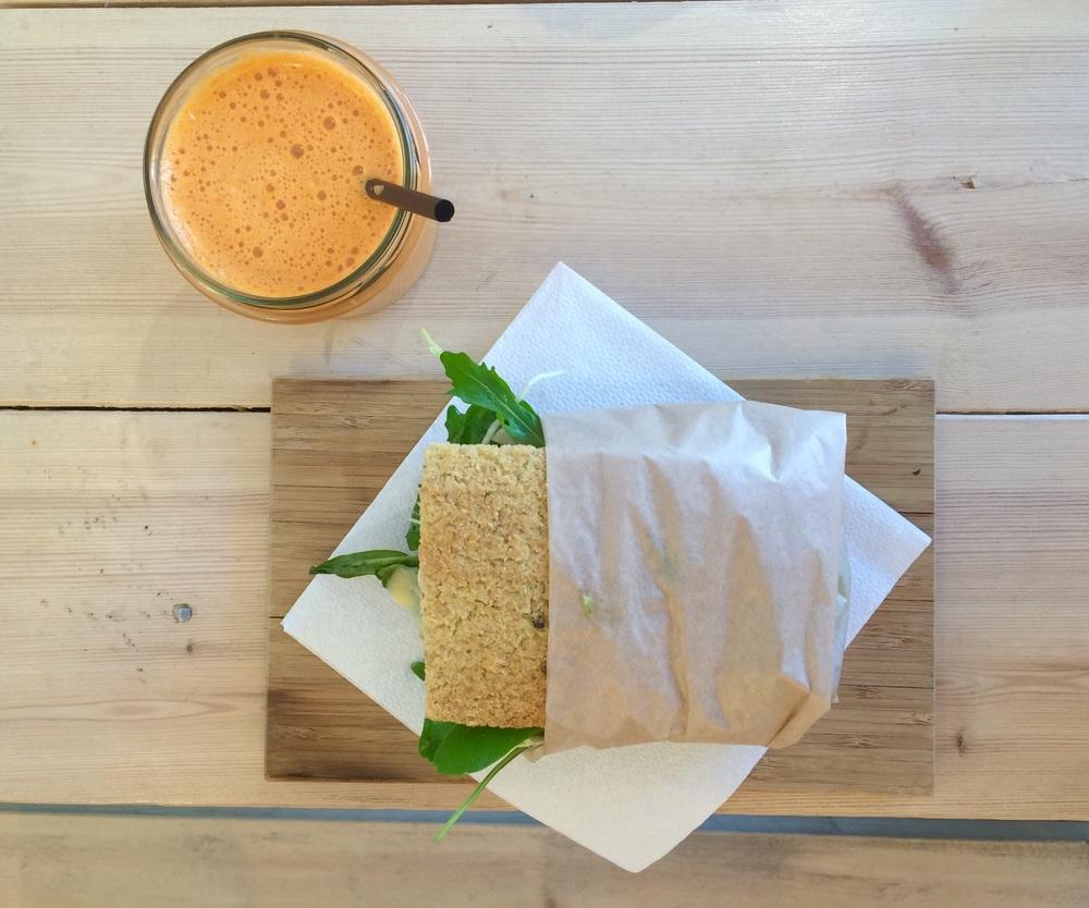 Gul juice og avocado og tomat sandwich