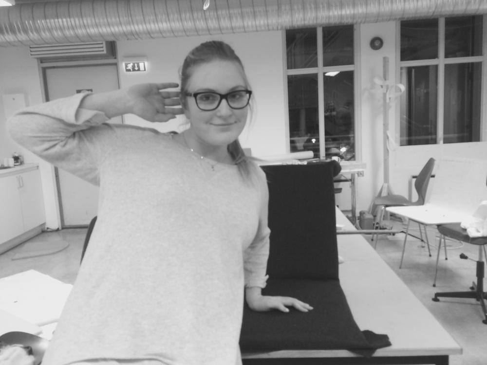 Min kjære søster som ofret eksamenslesingen for å hjelpe til med polstring.