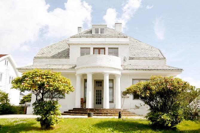 Kontoret holder til i en nydelig villa fra 1917, i Øvregaten 226.