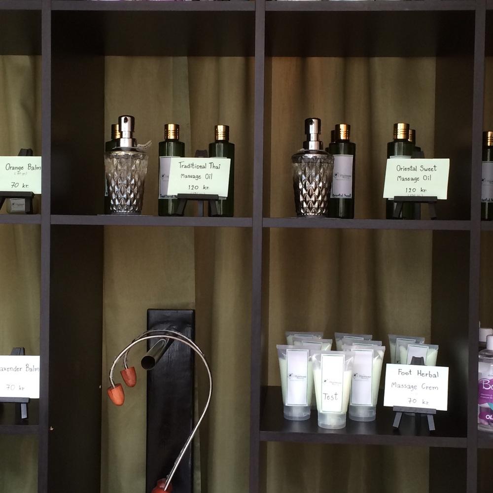 Kremer, salver, oljer og te er noe av det som selges hos Wattana Thai.