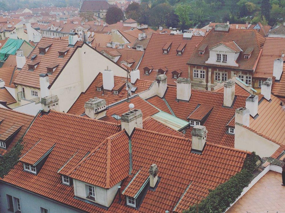 Alle hus i Praha må ha røde tak. Utrolig flott!