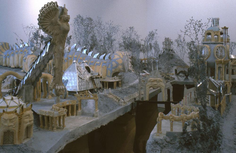 """IMG 02 """"Weinrebenpark"""" (1991, Mischtechnik) Modell der heute """"Bruno Weber Park"""" genannten Anlage mit bestehenden und geplanten Gebäuden, Skulpturen und Monumenten im Masstab 1:25, Ausstellungsfoto """"Visionäre Schweiz"""", Kunsthaus Zürich, 1991 Modellbau: Peter Bissegger, Foto: Robert Elter"""