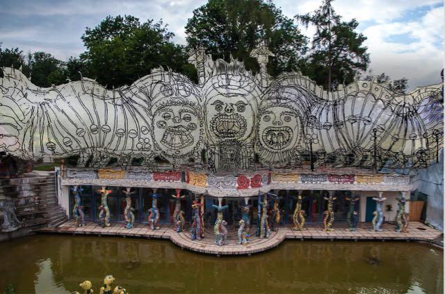 Das 2012 im Wassergarten fertiggestellte Sockelgeschoss, Visualisierung (Skizze Bruno Weber) der darauf geplanten Raupengruppe.