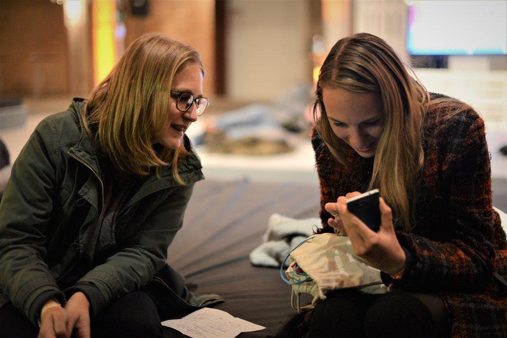 Nach wie vor hochspannend: Das Handy. Corina und Manuela jedenfalls sind fasziniert.  (Bild: Mario Fuchs)
