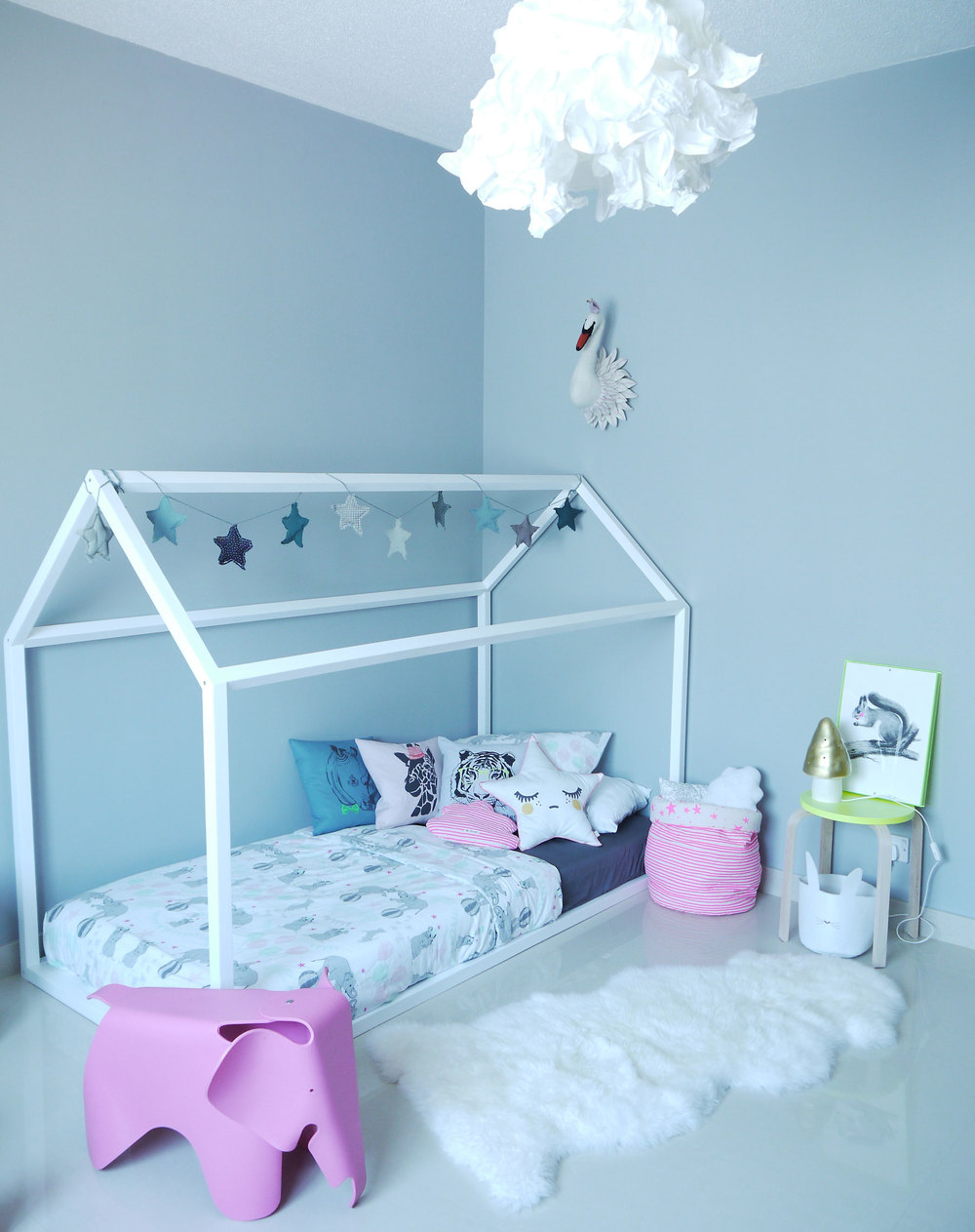 Stella's new bedroom in the desert: a soothing yet playful space in grey neutral tones with hints of bright pink of course
