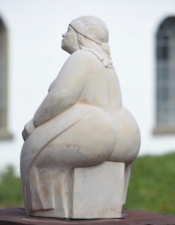 Humsera_Skulptur_hinten_nah.png