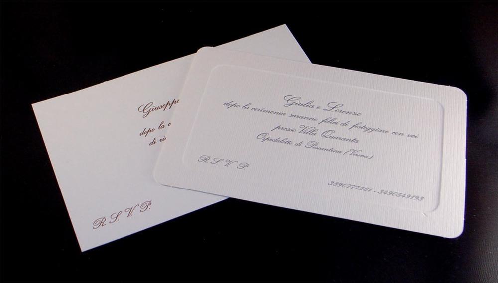 Partecipazione di matrimonio e invito a ricevimento stampati con cliché su cartoncino a sbalzo.