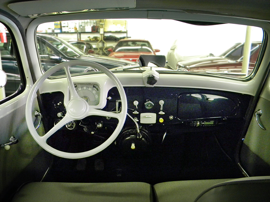 1956 Citroen Traction Avant dash.jpg