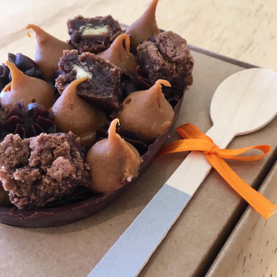 Ovo de chocolate com doce de leite e mini brownies - R$ 58