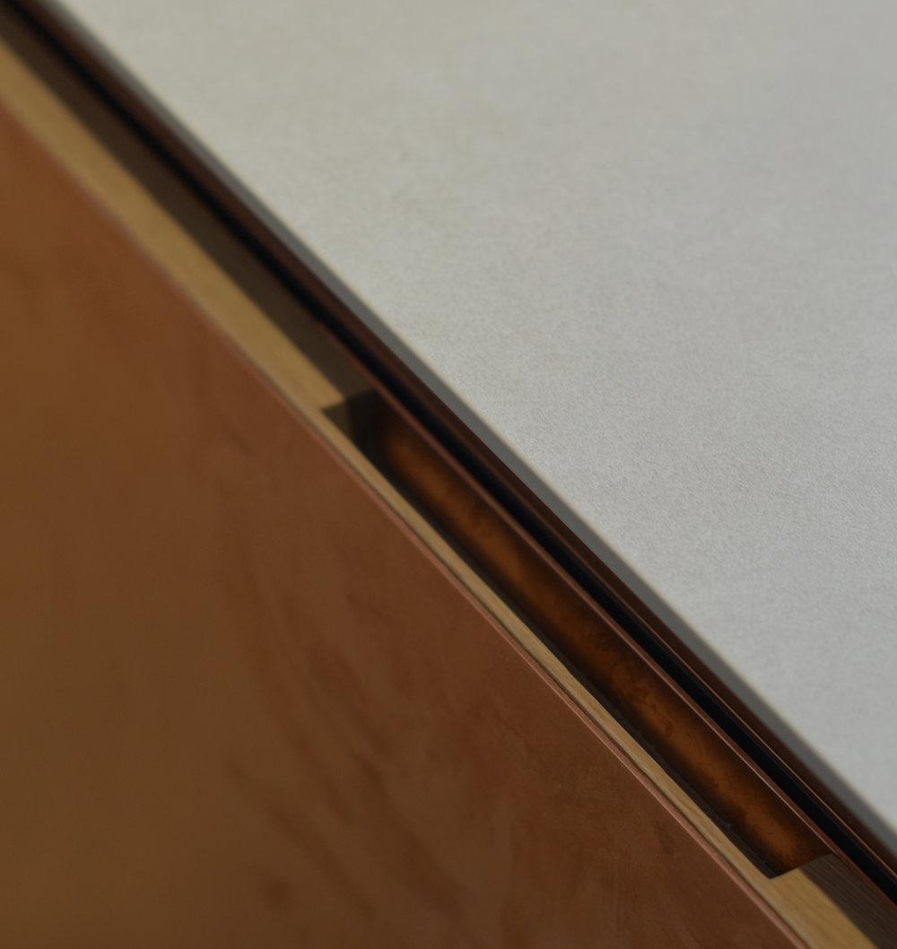 Poignée encastrée dans la façade de tiroir.