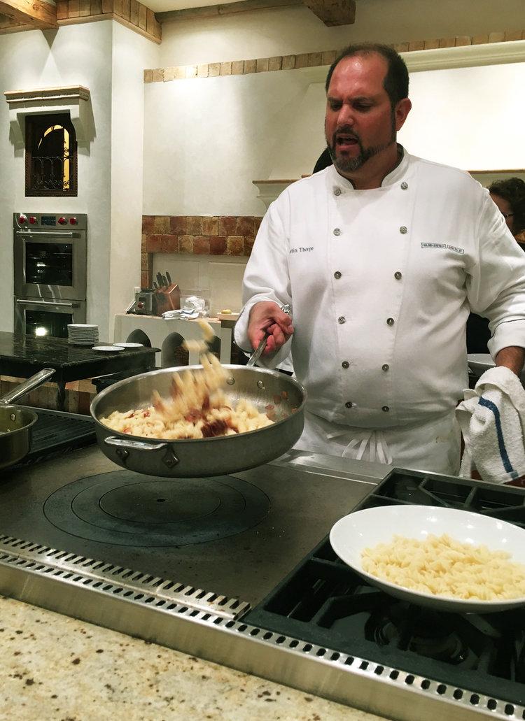 Justin Thorpe, chef cuisinier, préparant la pasta sans gluten à la carbonara! /    Justin Thorpe, in-house chef, preparing the gluten free carbonara pasta!