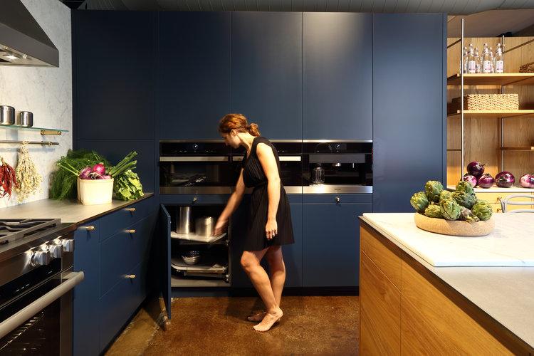 Blue_Kitchen_Modern_Wood_Marble_Backsplash_Brass_SIDIM_cuisines-steam.jpg