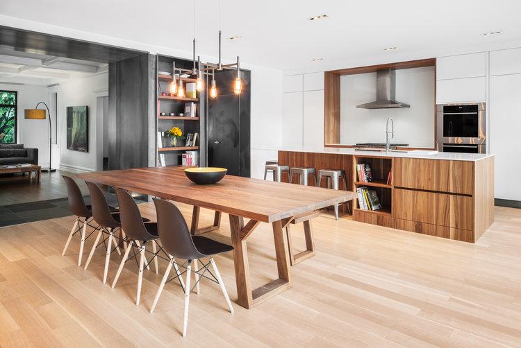 cuisine-espace-repas-contemporain-armoires-blanches-tuiles-ardoise-2_cuisines-steam.jpg