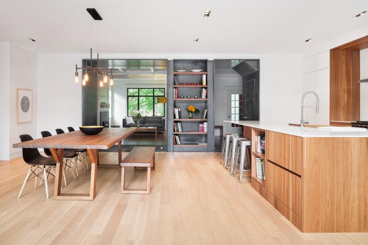 cuisine-espace-repas-contemporain-armoires-blanches-tuiles-ardoise-3_cuisines-steam.jpg