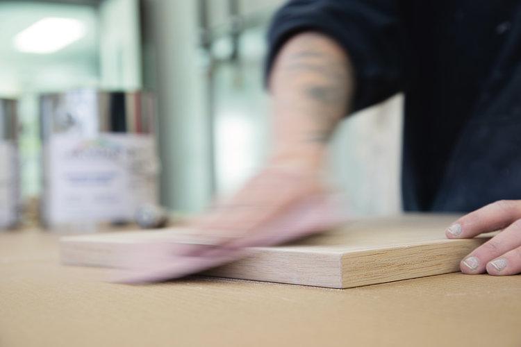 Le ponçage de chacune des surfaces est une étape importante de la préparation du matériaux.