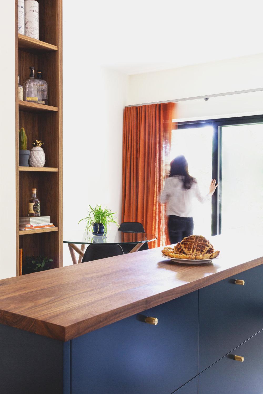 2 - Le meilleur des deux mondes - N'hésitez pas à jouer entre le cabinet fermé et l'étagère ouverte. C'est possible, et surtout esthétique, d'avoir le meilleur des deux mondes. Des armoires fermées pour ranger (ou cacher) les objets moins esthétiques, mais au combien nécessaire comme les biberons ou encore les torchons, et une étagère ouverte pour mettre votre plus belle vaisselle et vos jolis bibelots à l'avant-plan. L'armoire verticale ouverte offre une façon originale et discrète de personnaliser votre espace.