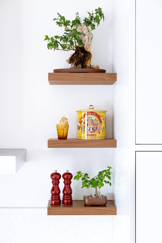 3 - Étagères décoratives - Mettez de la vie dans votre cuisine traditionnelle en y ajoutant quelques petites tablettes. C'est la façon parfaite d'y mettre une touche de décoration sans encombrer votre espace de travail. Plantes, bricolage de vos enfants, photos de familles, objet strictement décoratif, laissez libre cours à votre imagination et personnalisez le coeur de votre maison.