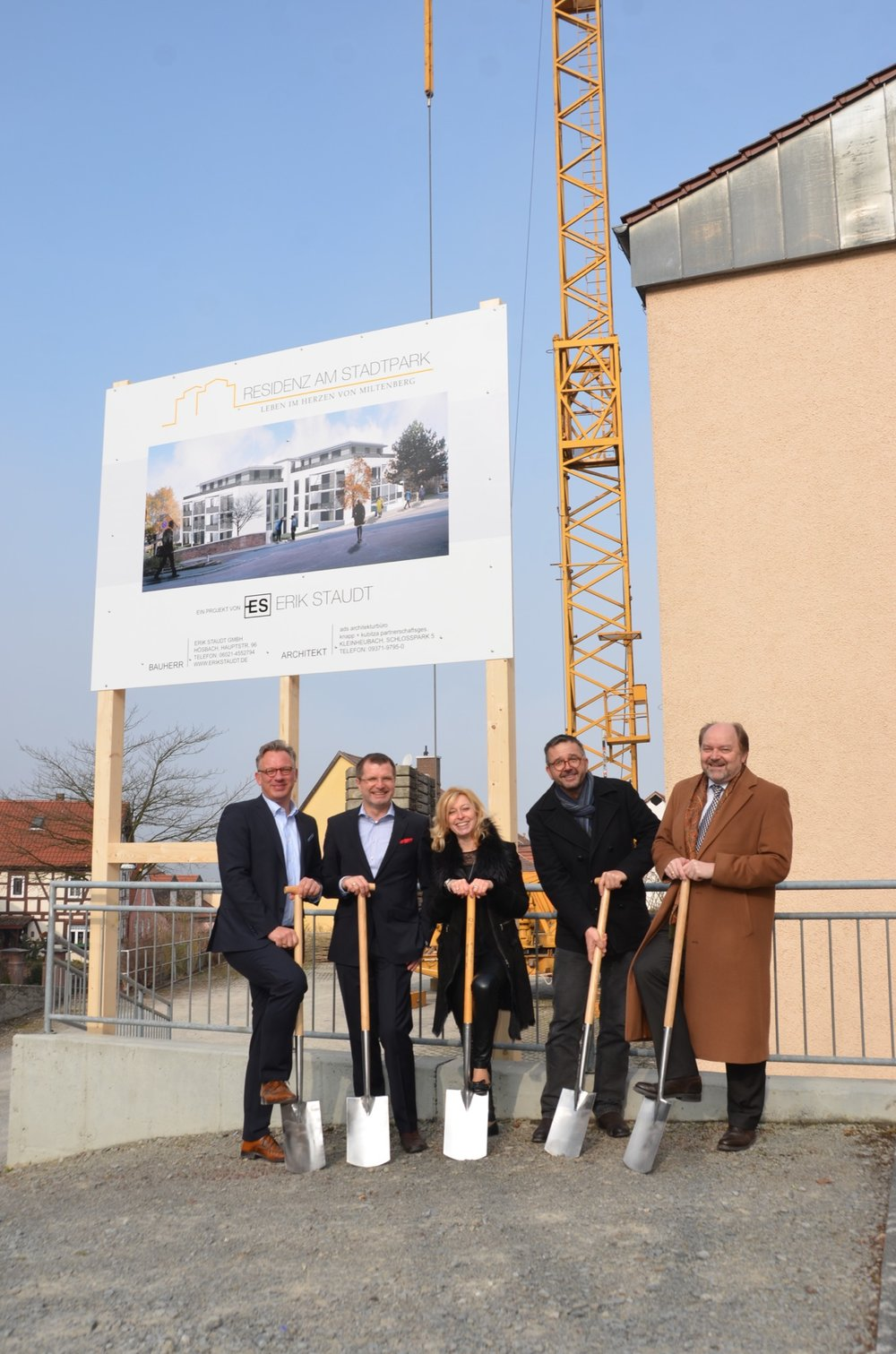 Spatenstich mit Bürgermeister Demel, dem Architektenteam und den Bauherrn.JPG