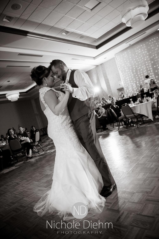 Cedar-Falls-Wedding-Photographer-John-Katie-Hilton-Garden-Inn-St-Eds-Church444.jpg