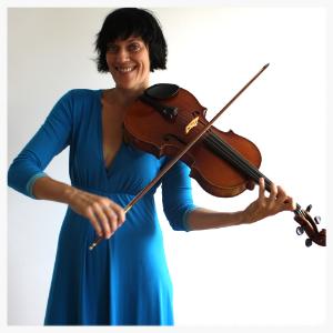 Mag. Christine Pawlik - Mutter von zwei Kindern. Konzertfachstudium Viola, diplomierte Lebens - und Sozialberaterin, bringt Klavier und Bratsche und die Stimme ein.