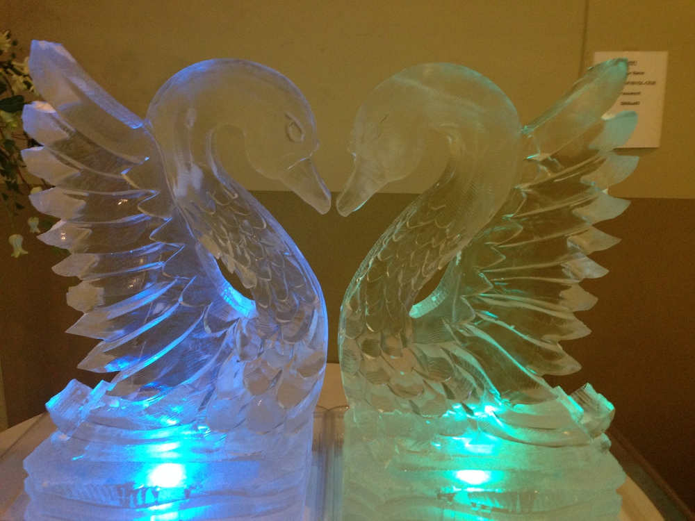 Kissing swans ice sculpture