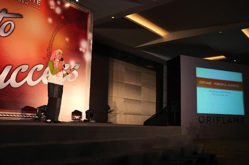 Yuliamaki memulai presentasi Oriflame - Powerfull Business